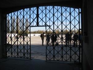 »Arbeit macht frei«と書かれた鉄扉が失われたダッハウ強制収容所の入口